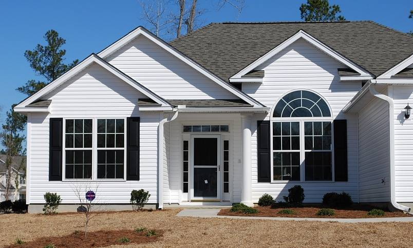 Виниловый сайдинг: преимущества и недостатки в сравнении с другими фасадными материалами